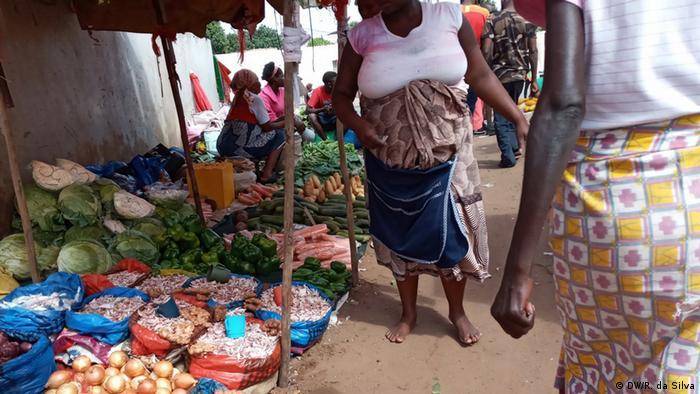 Mercado informal em Maputo, a capital de Moçambique