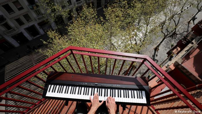 Bildergalerie Quarantänekultur von Dächern, Balkonen und Fenstern (Reuters/N. Doce)