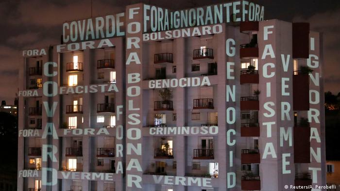 Frases de protesto contra o presidente projetadas em prédio de São Paulo, em 26 de março