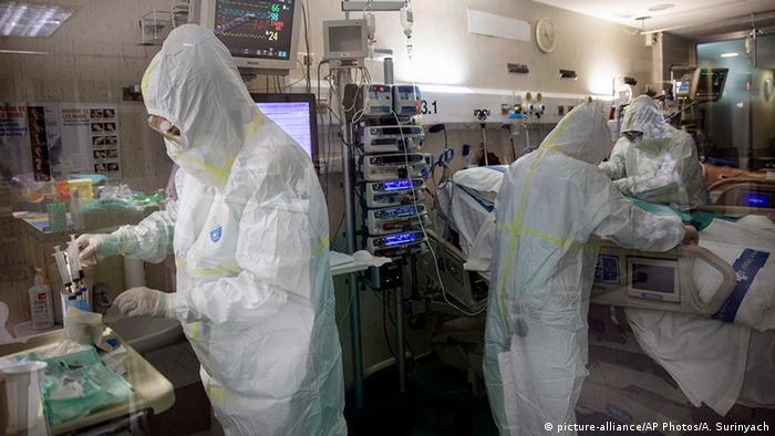 Spanien Badalona | Coronavirus | Intensivstation Krankenhaus (picture-alliance/AP Photos/A. Surinyach)