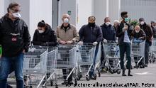 Italien Covid-19 - Warteschlangen in Supermärkten in Palermo