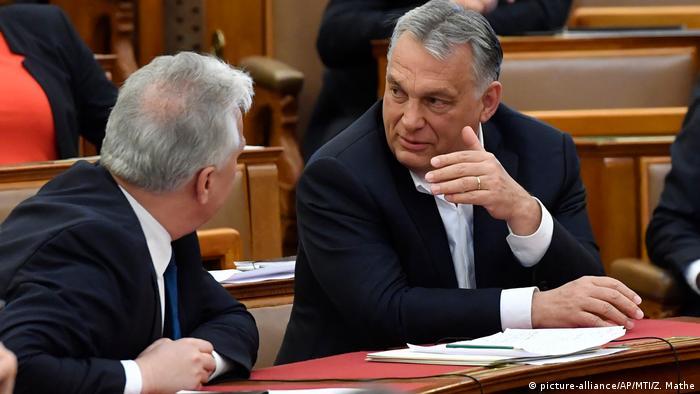 Віктор Орбан (праворуч) та його віцепрем'єр Жолт Шем'єн у парламенті 30 березня - в день прийняття закону, який значно розширює їхні повноваження
