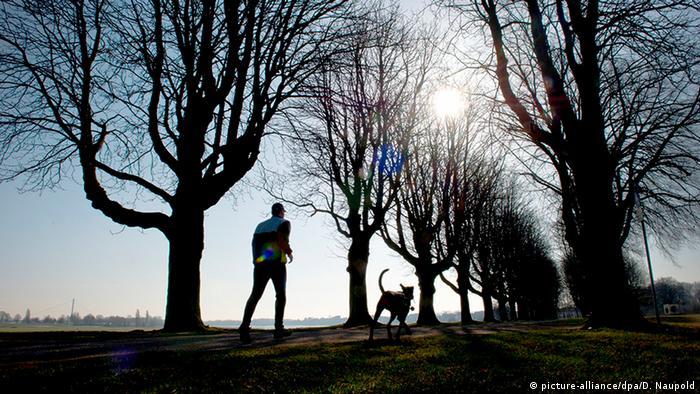 Un barbat care face jogging