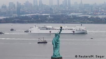 USA New York | Coronavirus | USNS Comfort & Freiheitsstatue (Reuters/M. Segar)
