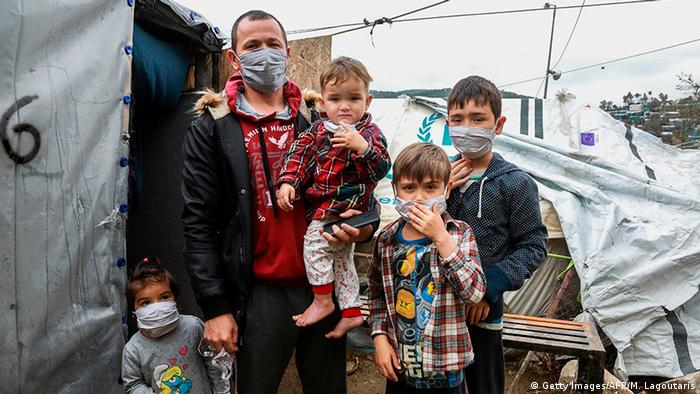 Własnego wyrobu maski mają zapobiec zarażeniom w obozie Moria