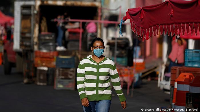 Mexiko Stadt | Coronavirus | Frau mit Mundschutz (picture-alliance/AP Photos/R. Blackwell)