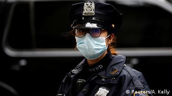 Женщина-полицейский в маске в Нью-Йорке