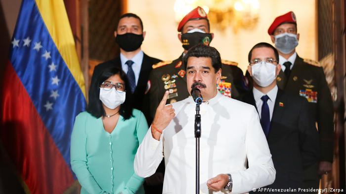 Maduro discursa ao lado de ministros