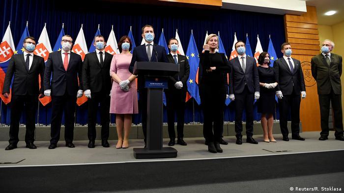 Премьер Игорь Матович и члены его правительства на пресс-конференции в Братиславе, 21 марта 2020 г.