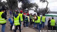 Freiwillige der NGO Team Humanity verteilen Masken im überfüllten Flüchtlingscamp Moria auf Lesbos.