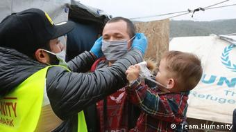 H MKO Team Humanity μοιράζει μάσκες σε πρόσφυγες στη Μόρια