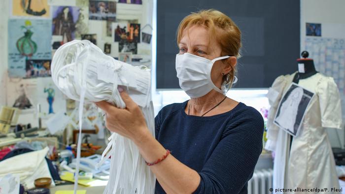 Pessoa segurando máscaras respiratórias