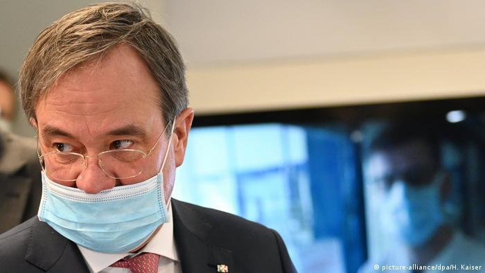 Armin Laschet (CDU), Ministerpräsident von Nordrhein-Westfalen trägt auf einer Pressekonferenz an der Uniklinik der RWTH Aachen einen Mundschutz, der allerdings die Nase nicht bedeckt.