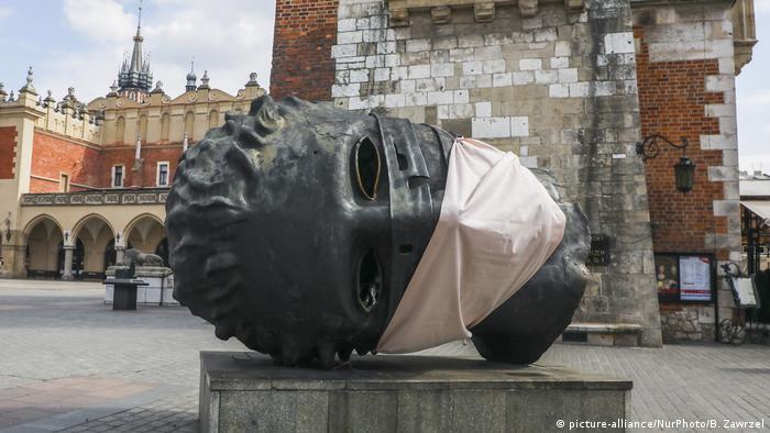 Corona Schutzmasken Statuen, Krakau