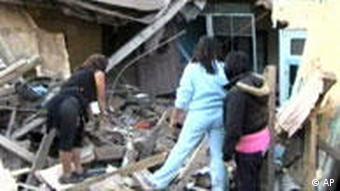 Preživjeli stanovnici Santjaga pretražuju ruševine svojih kuća