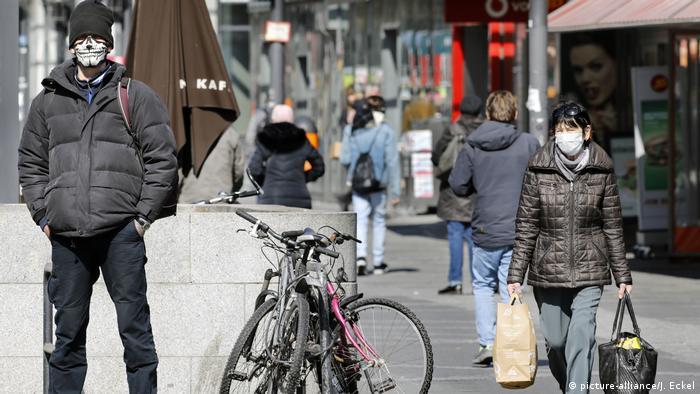 Deutschland Coronavirus Menschen mit Schutzmasken (picture-alliance/J. Eckel)