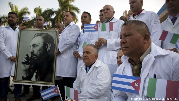 Лекари от Куба преди отпътуването им за Италия