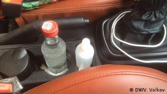 Антисептик и бутылка водки в такси