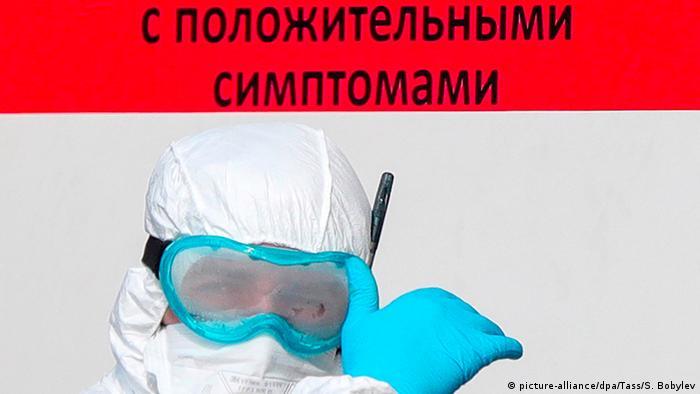 Медработник в защитном костюме:
