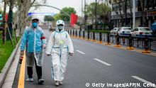 China Wuhan | Coronavirus | Paar in Schutzanzug (Getty Images/AFP/N. Celis)
