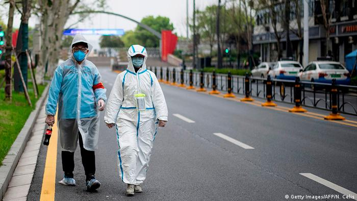 China Wuhan   Coronavirus   Paar in Schutzanzug