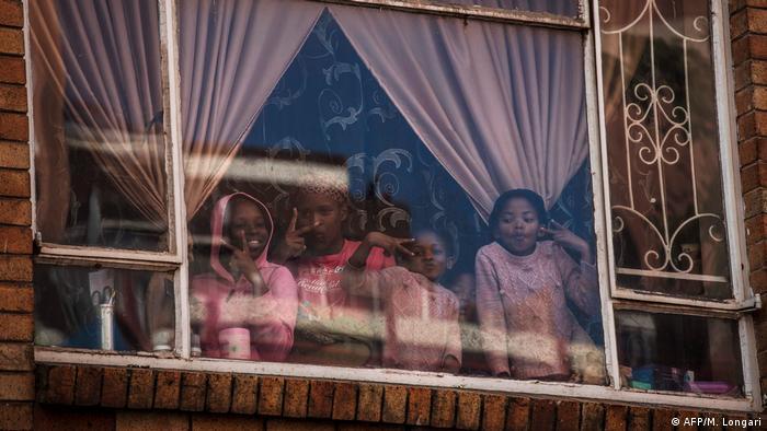 Südafrika Lockdown Ausgangssperre Kinder (AFP/M. Longari)