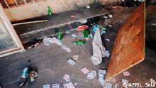 Keine Versammlungen, kein AlkoholAuch öffentliche Zusammenkünfte jeder Art sind in ganz Südafrika verboten - ebenso wie der Verkauf von Alkohol und Zigaretten. Für acht Männer in Johannesburg endete ein Kartenspiel auf der Polizeistation. Cards and beer bottles lie on the floor of an informal gambling spot after South African Police Service (SAPS) arrested 8 people because they defied the lockdown rules and the alcohol restriction in Hillbrow, Johannesburg, on March 27, 2020. - South Africa came under a nationwide lockdown on March 27, 2020, joining other African countries imposing strict curfews and shutdowns in an attempt to halt the spread of the COVID-19 coronavirus across the continent. (Photo by Luca Sola / AFP)