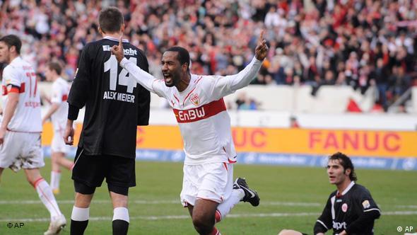 Mit zwei Treffern entscheidet der Stuttgarter Nationalstürmer Cacau (m.) die Partie fast im Alleingang. (Foto: apn/Daniel Maurer)