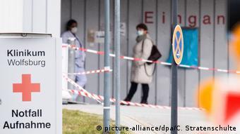 На входе в клинику в Вольфсбурге