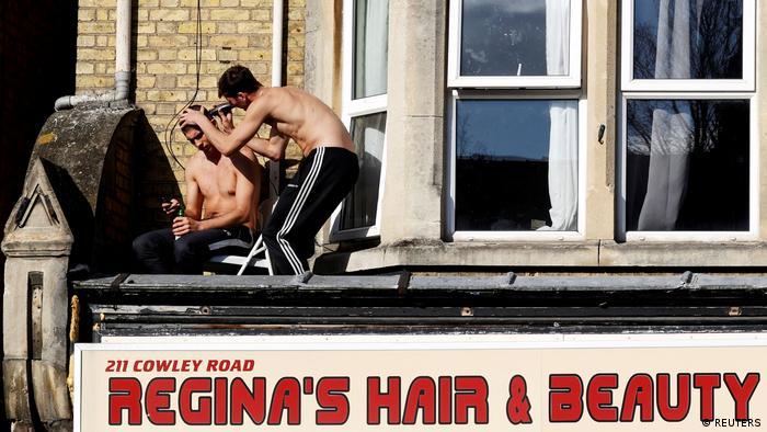 BdTD Oxford Hairdresser auf Vordach eines geschlossenen Friseuren-Salons (REUTERS)