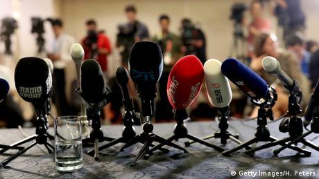 Mikrofone stehen bereit für Pressekonferenz