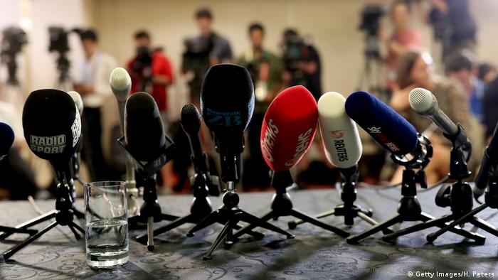 Japan Beppu | Mikrofone stehen bereit für Pressekonferenz