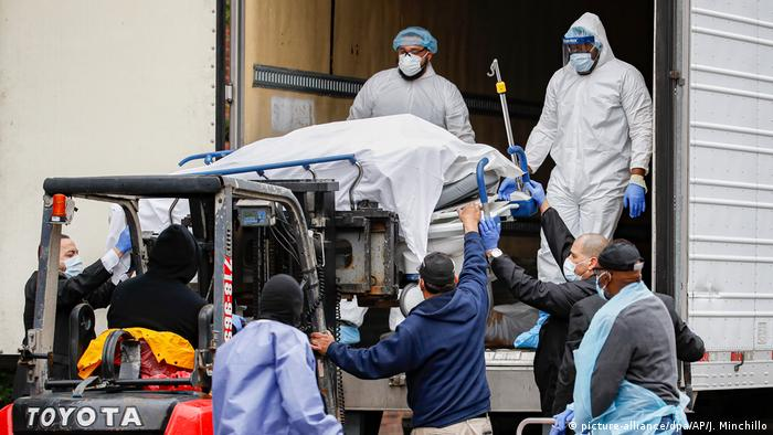 Corpo de pessoa que morreu em decorrência do novo coronavírus é transportado em Nova York