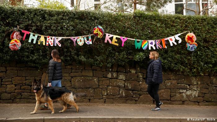 England Manchester   Coronavirus: Thank you key Workers Dekoration an Hecke (Reuters/P. Noble)