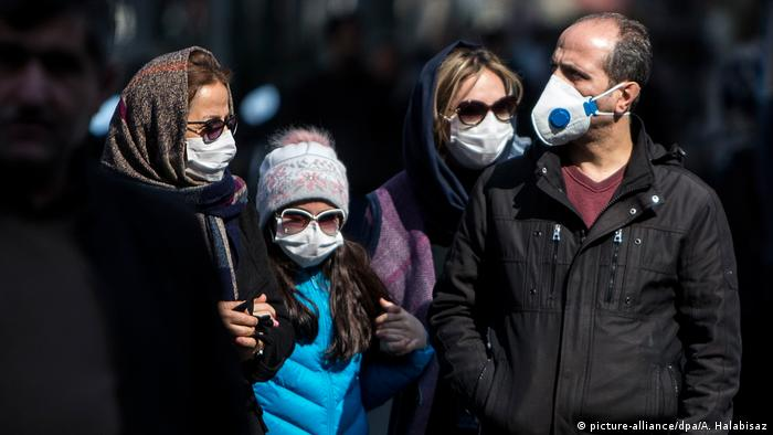 Iran Teheran   Menschen mit Schutzmasken
