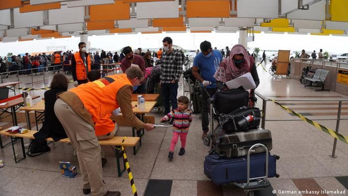 Niemieccy turyści w kolejce do samolotu w stolicy Pakistanu Islamabadzie