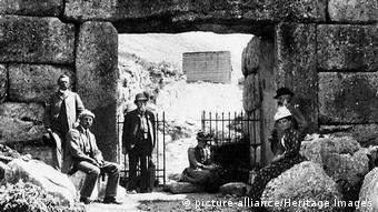 Οι αρχαιολόγοι Β.Ντέρπφελντ και Ερ.Σλήμαν (αριστερά) με κυρίες στην Πύλη των Λεόντων στις Μυκήνες
