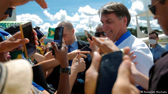 Jair Bolsonaro com apoiadores em protesto em contra o Congresso e o STF, em 15 de março