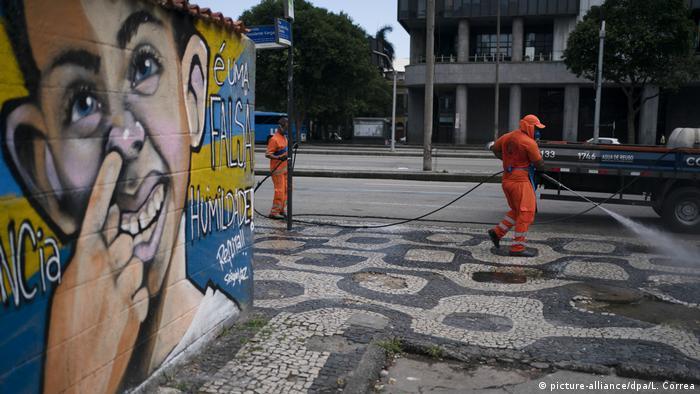 Profissionais de limpeza pública trabalham nas ruas do Rio de Janeiro
