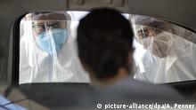 30.03.2020, Brasilien, Guarulhos: Medizinisches Personal untersucht eine Person, die Auto fährt, im Rahmen der Corona-Krise. Brasilien verzeichnete mehr als 4000 Covid-19-Infizierte und über 100 Menschen, die an dem Virus gestorben sind. Foto: Andre Penner/AP/dpa +++ dpa-Bildfunk +++ |