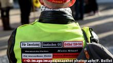 Circa 60 Reichsbürger um Rüdiger Hoffmann demonstrieren auf der Straße Unter den Linden in Berlin mit den Themen: Coron