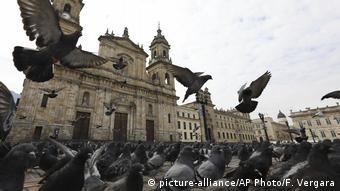Kolumbien Tauben fliegen über einen leeren Bolivar-Platz in Bogota