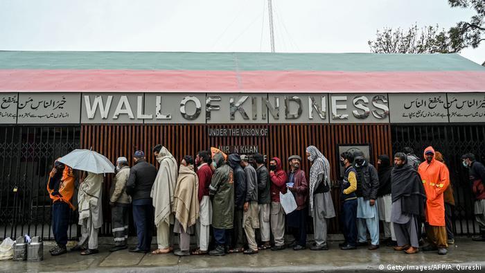 Pakistan Essensausgabe während Coronakrise