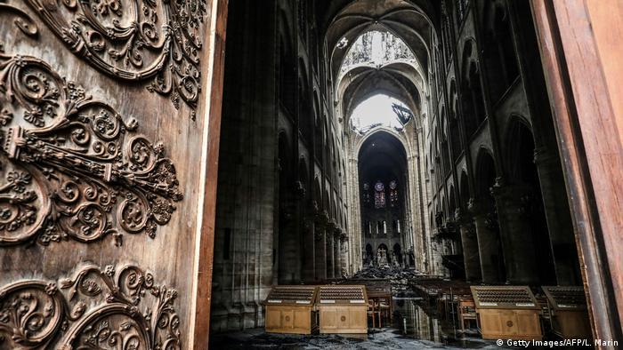 Blick in die Kathedrale, in deren Dach noch immer ein Loch klafft.