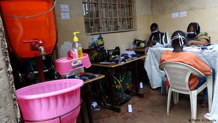 Frauen in der Demokratischen Republik Kongo nähen Schutzmasken (Foto: DW/M. El Dorado)
