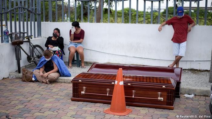 Coronavirus Ecuador Guayaquil Angehörige fordern Herausgabe von Toten vor Krankenhaus (Reuters/V.G. del Pino)
