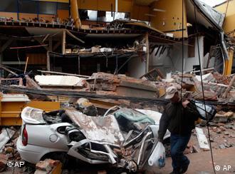 Ein Mann vor einem zerstörten Haus in Conception (Foto: dpa)
