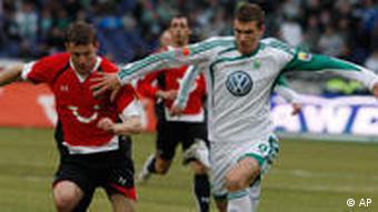 Hannovers Durica (li.) im Duell mit Wolfsburgs Haggui (Foto: AP)