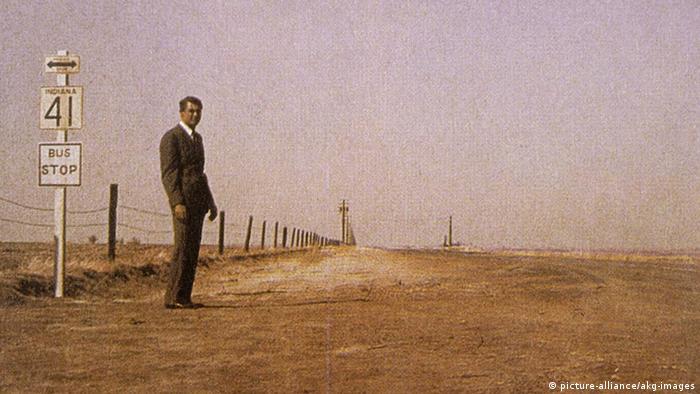 Der unsichtbare Dritte - Film-Szene mit Gary Grant auf Feldlandschaft an Bushaltestelle (picture-alliance/akg-images)