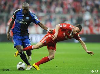 Münchens Franck Ribery (r.) und Guy Demel kämpfen um den Ball (Foto: AP)